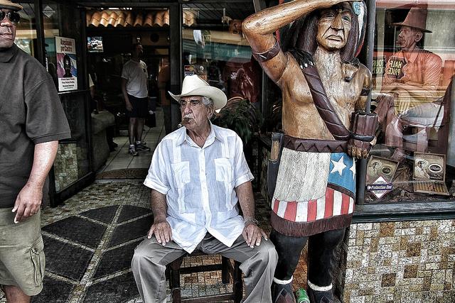 Pedro Bello, fumando um dos charutos que fabrica. Uma lenda na Calle Ocho. Crédito da foto: Ivan Gonzalez via Flickr