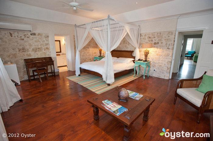 As paredes de pedra exposta e os toques brilhantes contribuem para a atmosfera romântica e arejada do Skeetes Bay Room.
