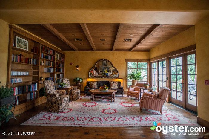 L'accogliente hall è la perfetta rappresentazione di un arredamento rustico-di lusso, con soffitti a volta con travi a vista e un camino.