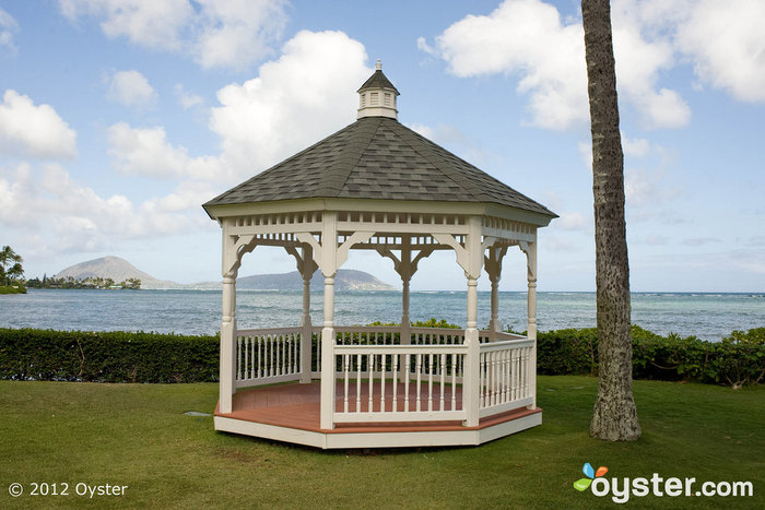 The Diamond Head Gazebo at the Kahala Hotel and Resort fits 150 guests. The Koko Head, located nearby, can fit 300.