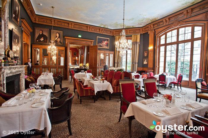 O restaurante serve culinária fenomenal em um cenário deslumbrante.