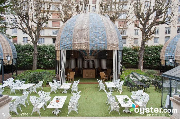 Mas os hóspedes também podem jantar ao ar livre no The Terrace, que possui uma casa verde e vários balões de ar quente, um reconhecimento das origens do hotel como o primeiro aeródromo de Paris.
