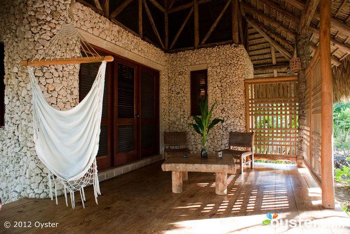 Un hamac pour deux sur le balcon de la salle Piedra de Natura Cabana.