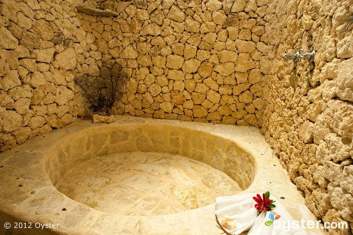 Tutte le camere dispongono di splendidi bagni in pietra a Natura Cabanas, perfetti per un po 'di tempo prima o dopo il grande giorno.