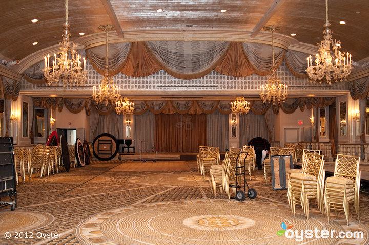 Los novios pueden tener problemas para seleccionar solo un sitio de recepción, ya que todos ellos son salones magníficamente decorados.
