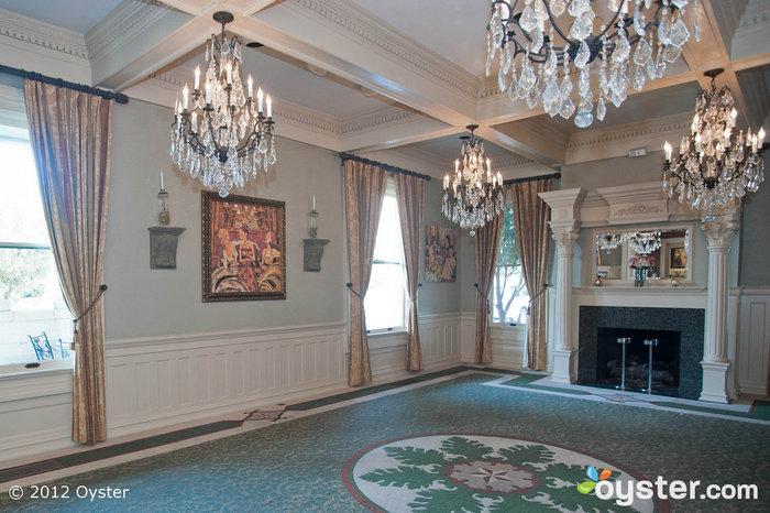 Adornado con candelabros de cristal y con una de las chimeneas de mármol originales del hotel, el comedor principal es un hermoso lugar de recepción.