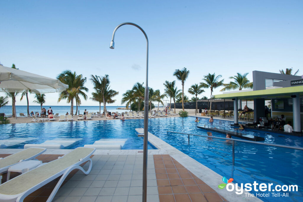 A piscina principal do Hotel Riu Palace Jamaica / Oyster