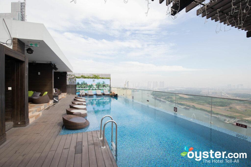 A piscina no Liberty Central Saigon Riverside Hotel no Vietnã