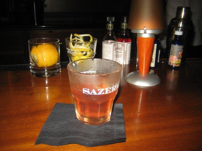 Um coquetel Sazerac, inventado em Nova Orleans; cortesia de Infrogmation, Wikimedia Commons