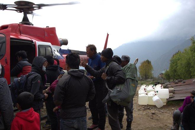 Personale di Global Rescue che gestisce l'evacuazione in seguito al terremoto del Nepal 2015