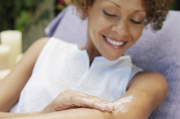 Photo: Woman Applies Sunscreen via Shutterstock