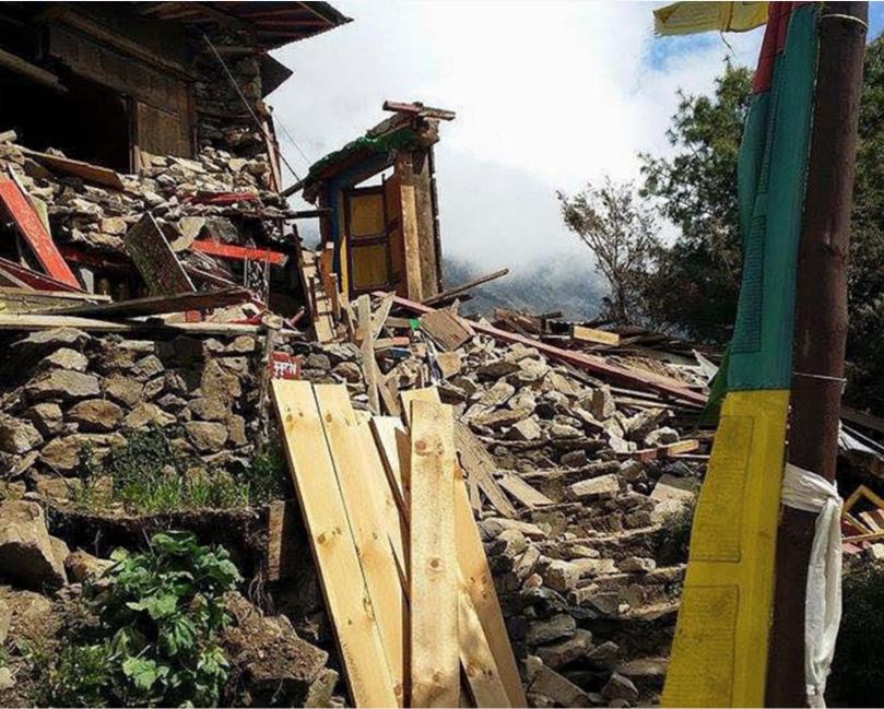 Danos sofridos na região do Evereste no Nepal após o terremoto de abril de 2015