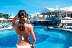 Mito: Dama sexy con un llamativo traje de baño en Riu Negril