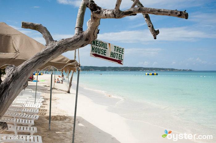 Il Negril Tree House Resort si trova sulla migliore spiaggia della Giamaica e offre camere per circa $ 115 a notte.