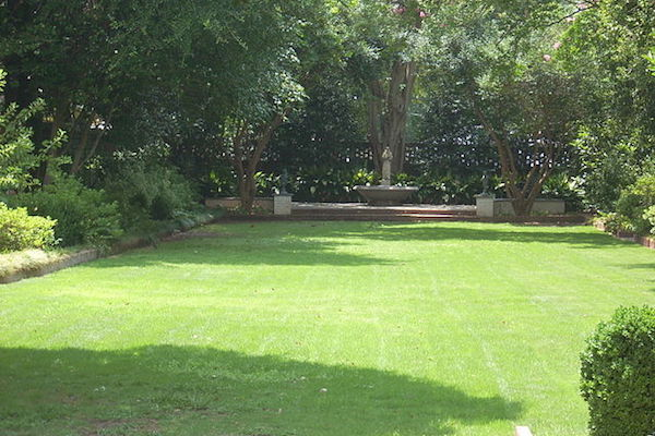 Lawn at the South Carolina Memorial Garden (Photo Courtesy Of: Wikimedia Commons)