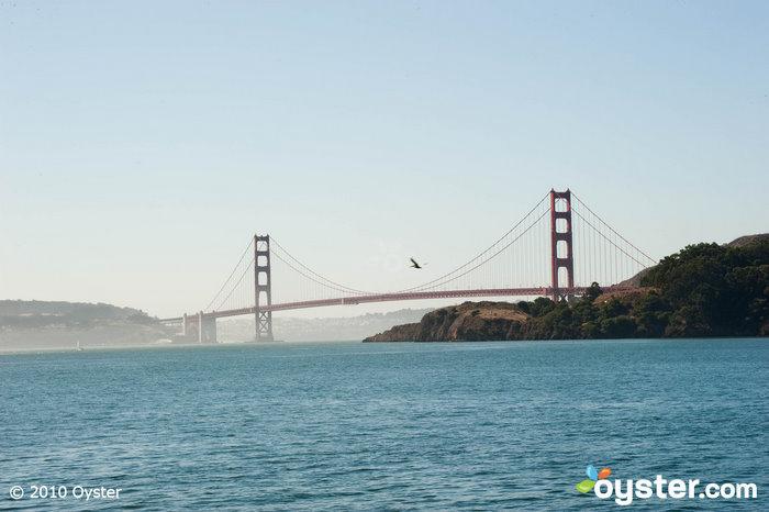 Os viajantes ao ar livre podem desfrutar de pontos turísticos como a ponte Golden Gate em caiaque no mar ou do belo Parque Nacional Presidio.