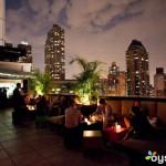 Genießen Sie die Aussicht mit Häppchen und Getränken in der Empire's Rooftop Bar.