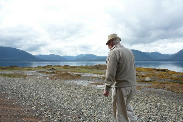 Meu pai andando pela costa.