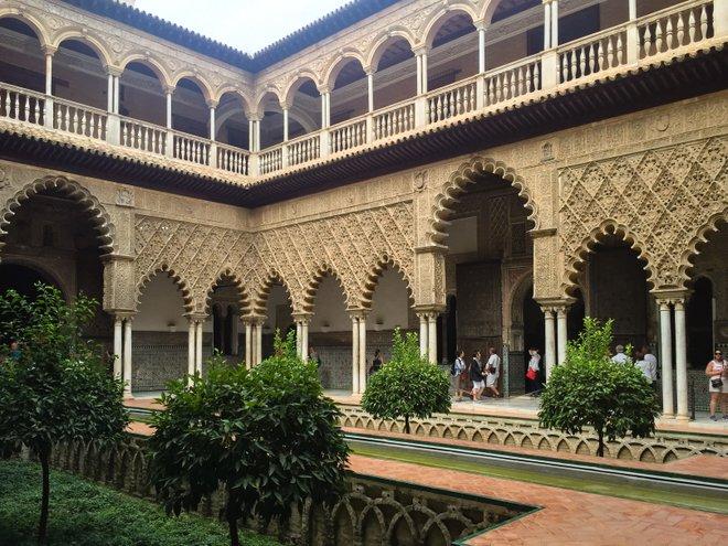 Mi recorrido grupal no incluyó una parada en el Alcázar de Sevilla, así que abandonamos el grupo y lo exploramos por nuestra cuenta.