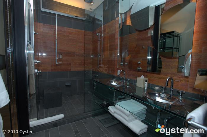 Badezimmer in einem Andaz Groß mit Aussicht
