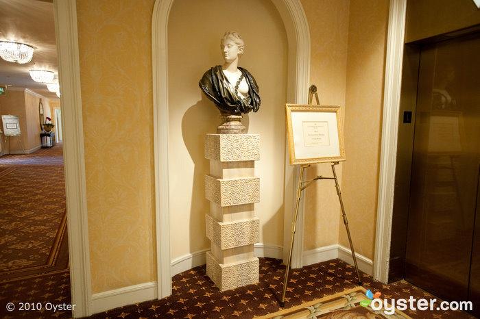 Un buste dans les couloirs
