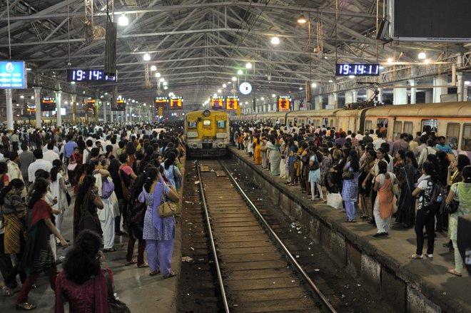 Multidões nos trens locais de Mumbai; Imagem cortesia de MM via Flickr.