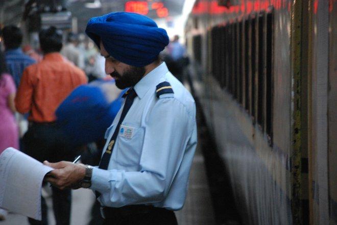 Estação Ferroviária de Nova Deli; Imagem cortesia de harpreet singh via Flickr.