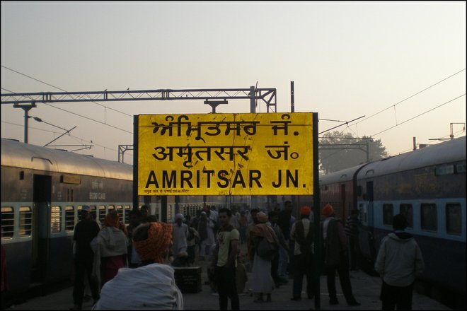 Segnaletica di Amritsar Junction; Immagine gentilmente concessa da Sean Ellis .