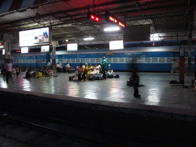 Estação Ferroviária Noturna; Imagem cortesia de Crispin Semmens via Flickr.