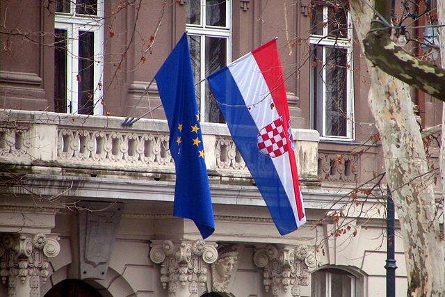 EU and Croatian flags. Courtesy of Bogdan/Wikimedia Commons