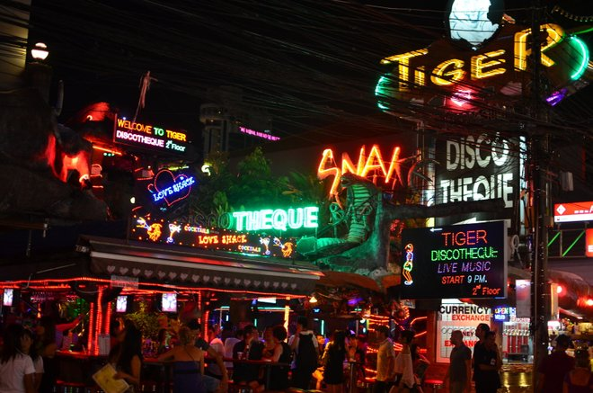 Bangla Road image courtoisie de Nicolas Lannuzel via Flickr .