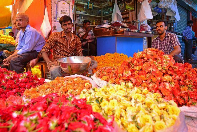 Vendedores de flores em Mysore. Cortesia de Por Christopher J. Fynn / Wikimedia Commons .