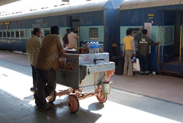Vendors on the platform. Courtesy ofBahnfrend/Wikimedia.