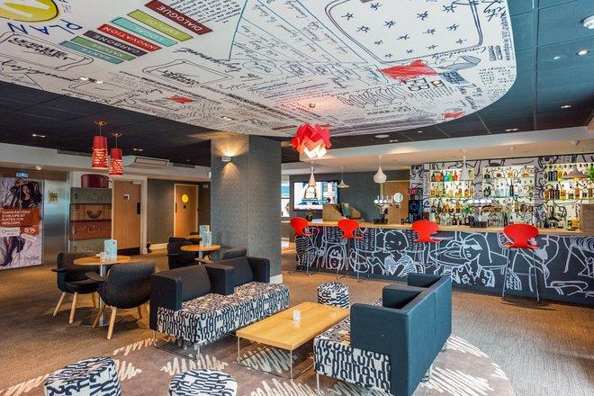 Lobby en el Ibis London Wembley / Oyster