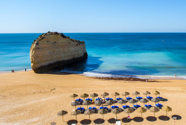 Playa en el azul y verde Vilalara Thalassa Resort / Oyster