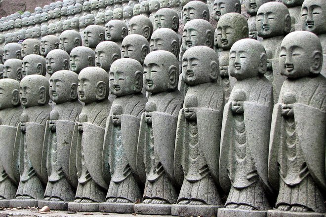 Buddhist statues at Kamakura. Courtesy of Chris 73/Wikimedia.
