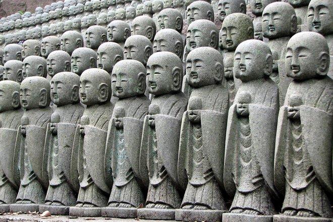 Estatuas budistas en Kamakura. Cortesía de Chris 73 / Wikimedia .