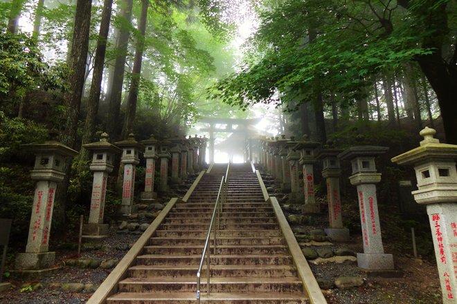 Escaleras al santuario de Mitsumine. Cortesía de WorldContributor / Wikimedia .