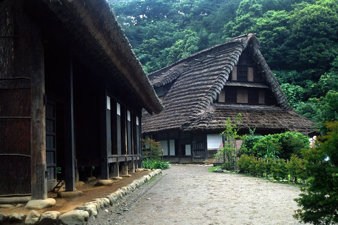 Casas tradicionais no Nihon Minka-en Open Air Museum. Cortesia de Fg2 / Wikimedia .