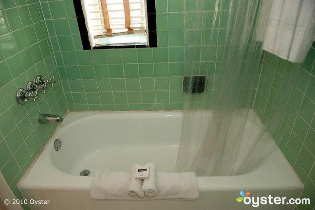 Si le cafard n'est pas suffisant pour vous empêcher de vous baigner à l'Hôtel Richmond, peut-être la saleté qui entoure la baignoire est.