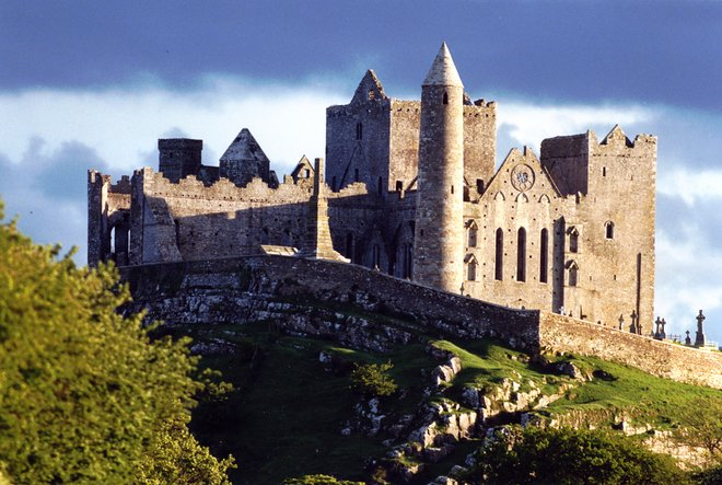 Cormac's Chapel and Cashel Cathedral; Rx-Guru/Wikimedia.