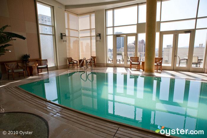 O spa do Huntington Hotel inclui uma bela piscina