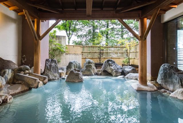 Baños termales para hombres en el hotel Sakurai / Oyster