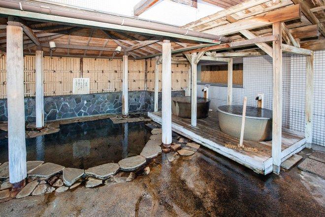 Baño público para hombres en Atami Seaside Spa & Resort / Oyster