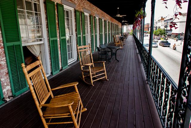 La habitación con cama extragrande y balcón en The Marshall House / Oyster