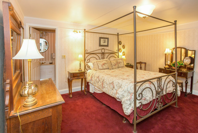 The Saxon - One Bedroom Suite at The Red Coach Inn Historic Bed and Breakfast Hotel/Oyster