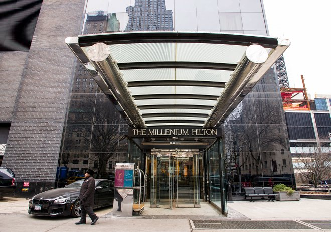 Eingang im Millenium Hilton / Oyster