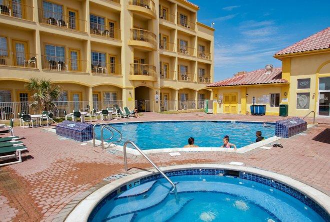 Pool im La Quinta Inn & Suites South Padre Beach / Oyster