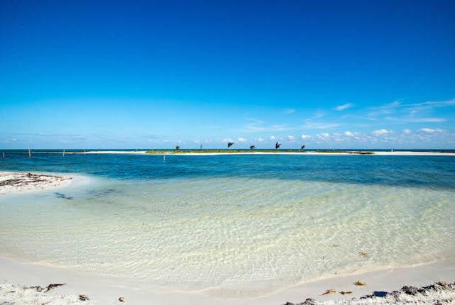 Playa en El Dorado Maroma, un complejo frente a la playa, por Karisma / Oyster