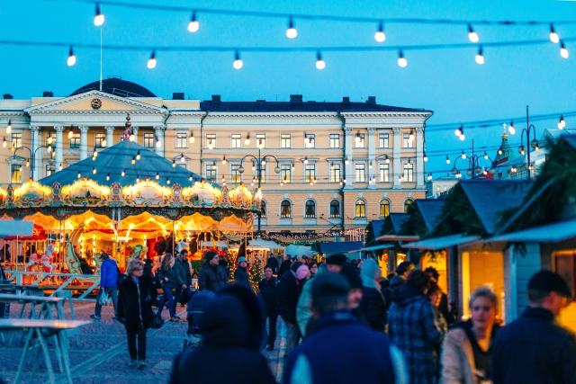 El mercado de Navidad en la Plaza del Senado de Helsinki. Jussi Hellsten / Mercado de Navidad de Helsinki .